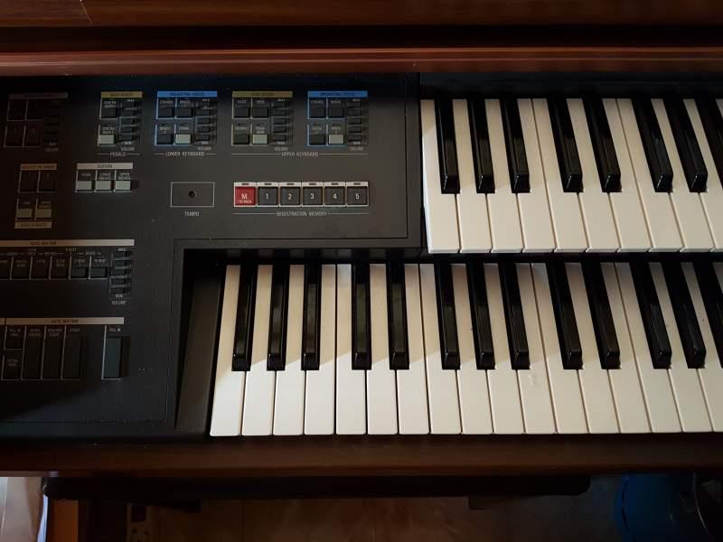 Organo con mueble de madera, vista 1