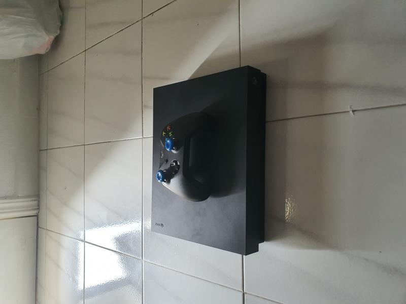 Xbox one x 1tb, vista 2