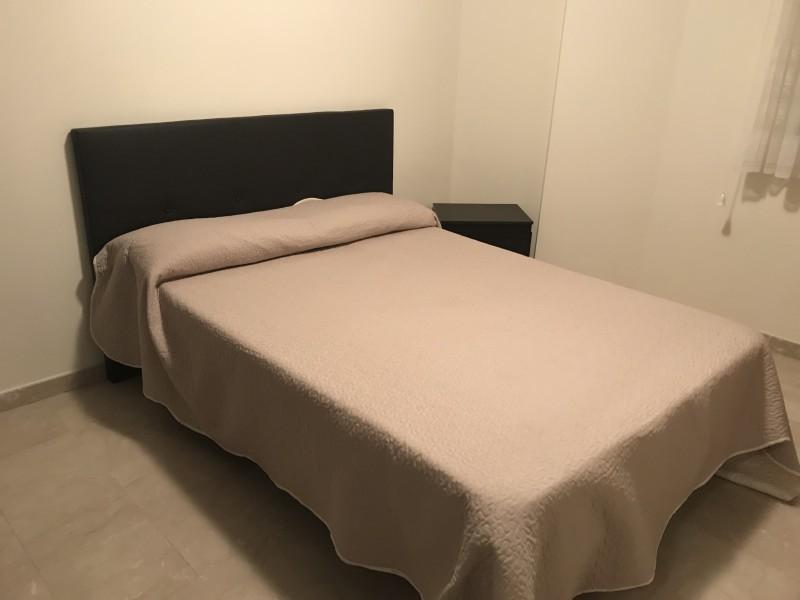 2 camas , 1 mesita y 1 microondas, vista 1