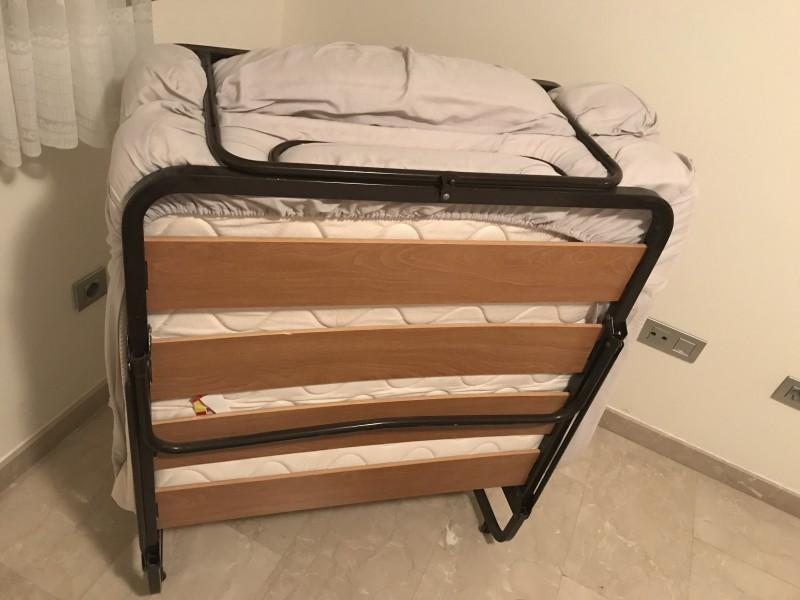 2 camas , 1 mesita y 1 microondas, vista 2