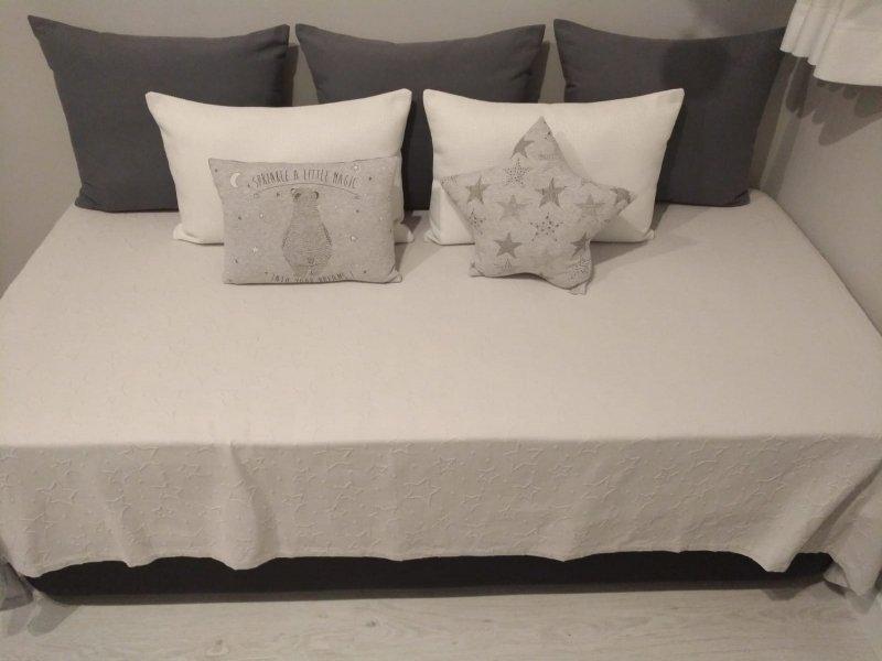1 Arcón y colchón. 2 Mueble juvenil, vista 1