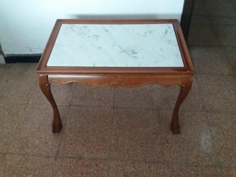 Mesa baja de café en madera y mármol, vista 1