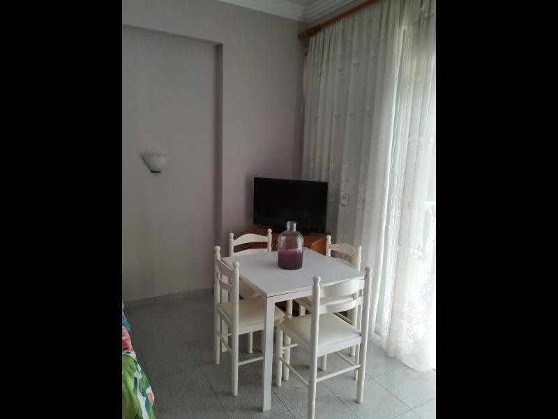 Mesa blanca y 4 sillas blancas, vista 1