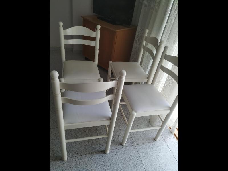 Mesa blanca y 4 sillas blancas, vista 2